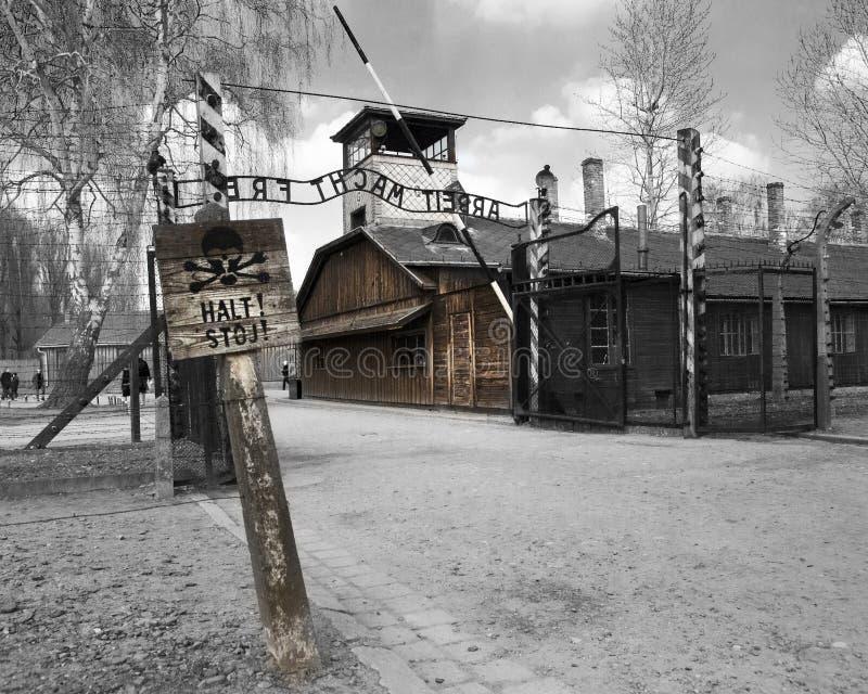 Casa de la puerta de Oswiecim con la muestra del frei del macht de Arbeit del sitio interior imágenes de archivo libres de regalías
