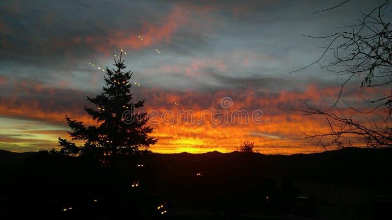 Casa de la salida del sol de la mañana de la montaña en la colina imagenes de archivo