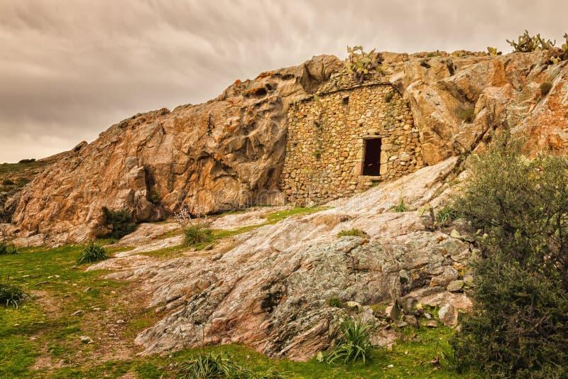 Casa de la troglodita cerca de Ostriconi en Córcega imagen de archivo libre de regalías