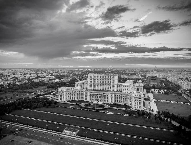 Casa de la versión blanco y negro de Bucarest Rumania del parlamento foto de archivo