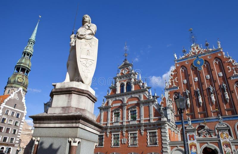 Casa de las espinillas, de la iglesia y del santo Roland Sta de San Pedro foto de archivo libre de regalías