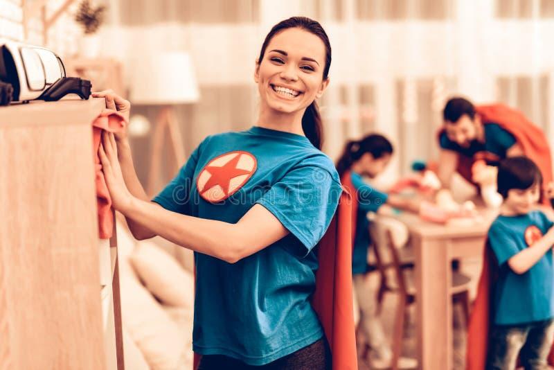 Casa de limpeza da mãe do super-herói com família imagens de stock