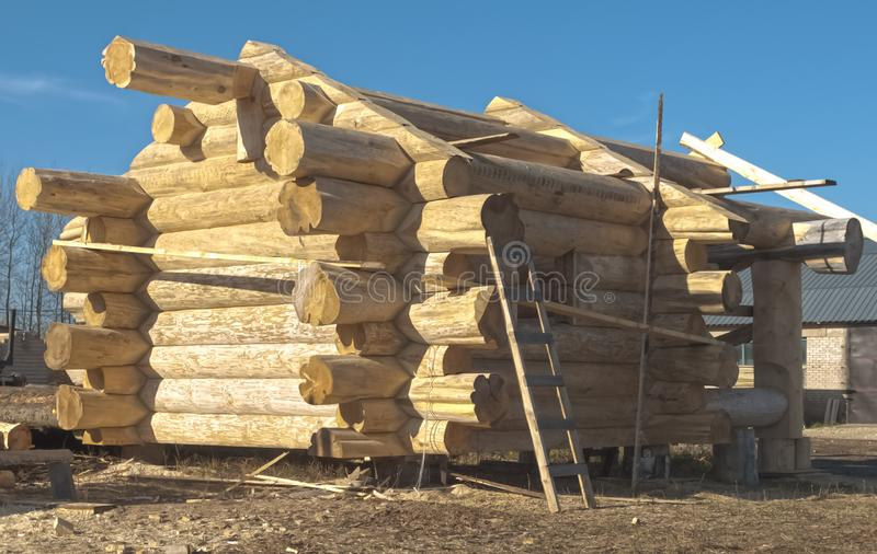 Casa de log no processo de manufatura fotografia de stock royalty free