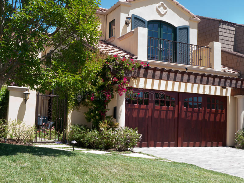 Casa de lujo con el frontyard grande fotografía de archivo libre de regalías