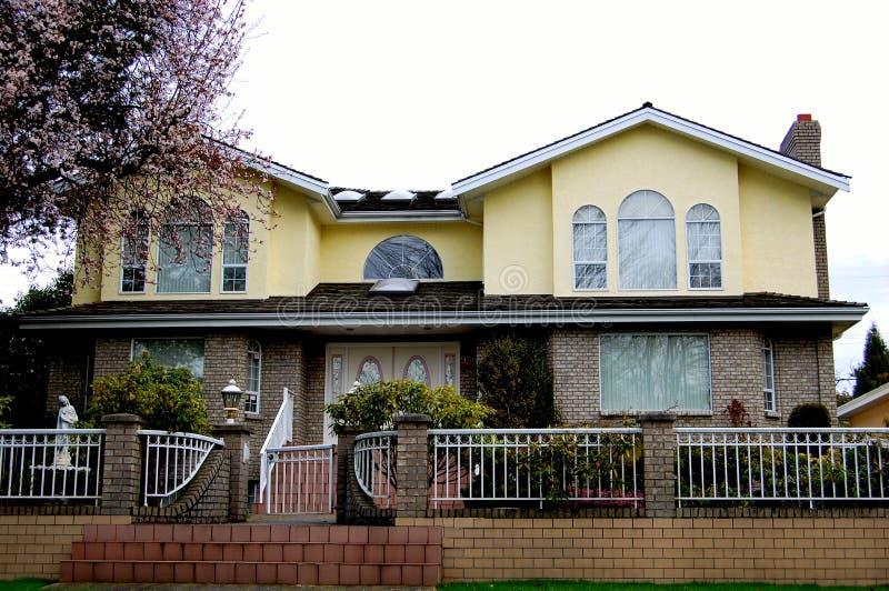 Casa de lujo con la cerca fotografía de archivo