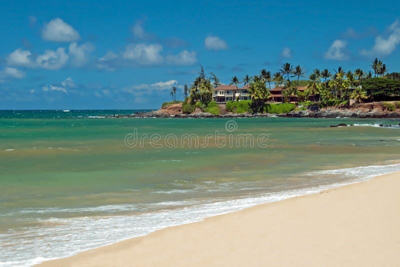 Casa de lujo en la playa arenosa sin tocar con los árboles de palmas imágenes de archivo libres de regalías