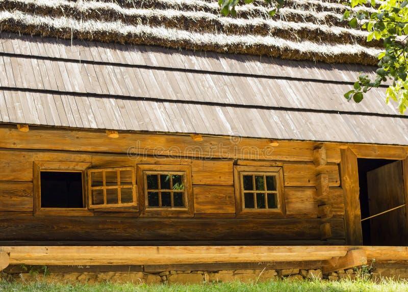 Casa de madeira agradável velha com telhado cobrido com sapê imagem de stock royalty free