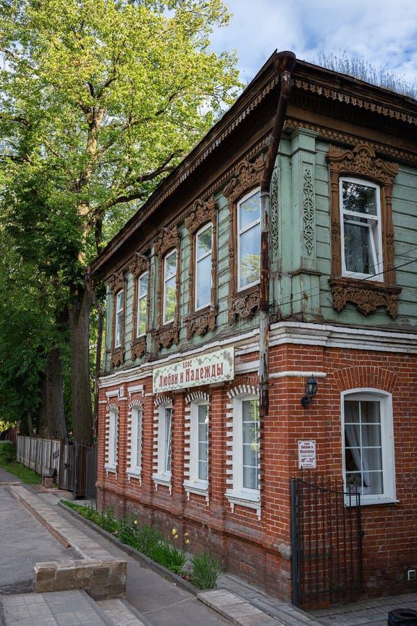 Casa de madeira antiga numa cidade provincial da Rússia imagem de stock royalty free