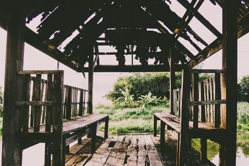 A casa de madeira assustador velha na terra da nenhumaa parte fotos de stock