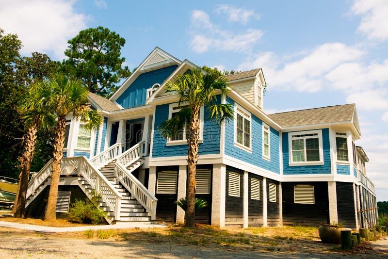 Casa de madeira azul do estilo americano grande no campo de carolina no dia ensolarado imagens de stock royalty free