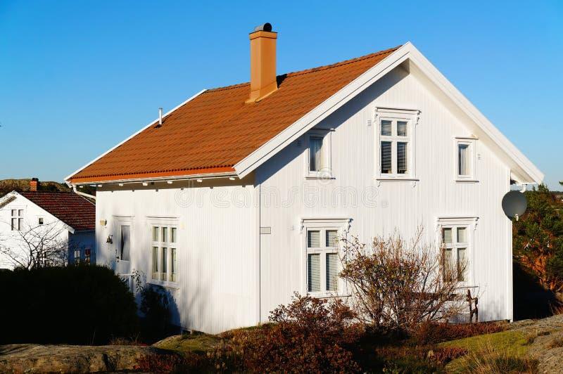 Casa de madeira branca com janelas fotografia de stock royalty free