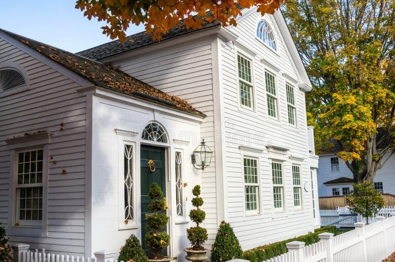 Casa de madeira branca com uma porta de madeira verde tradicional fotos de stock royalty free