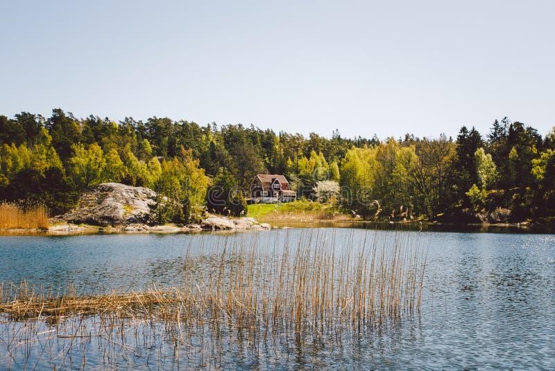Casa de madeira branca no lago fotografia de stock