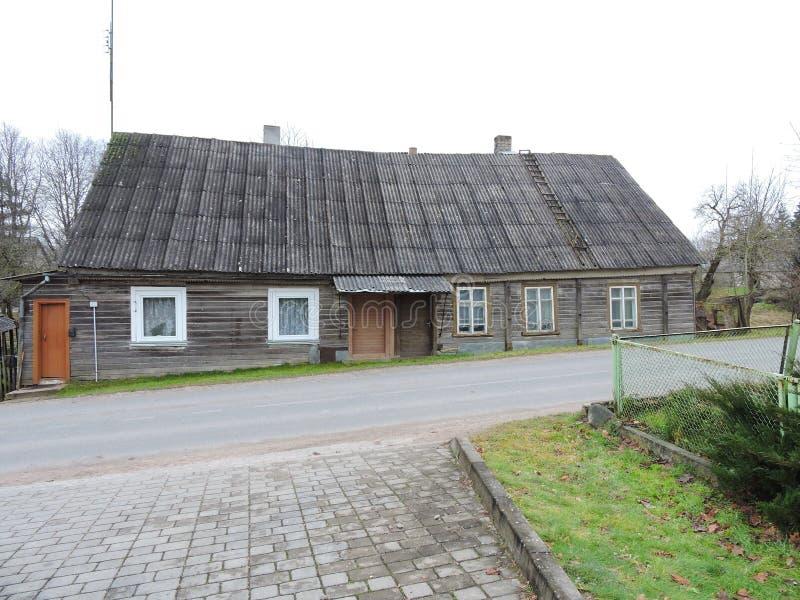 Casa de madeira cinzenta velha, Lituânia foto de stock