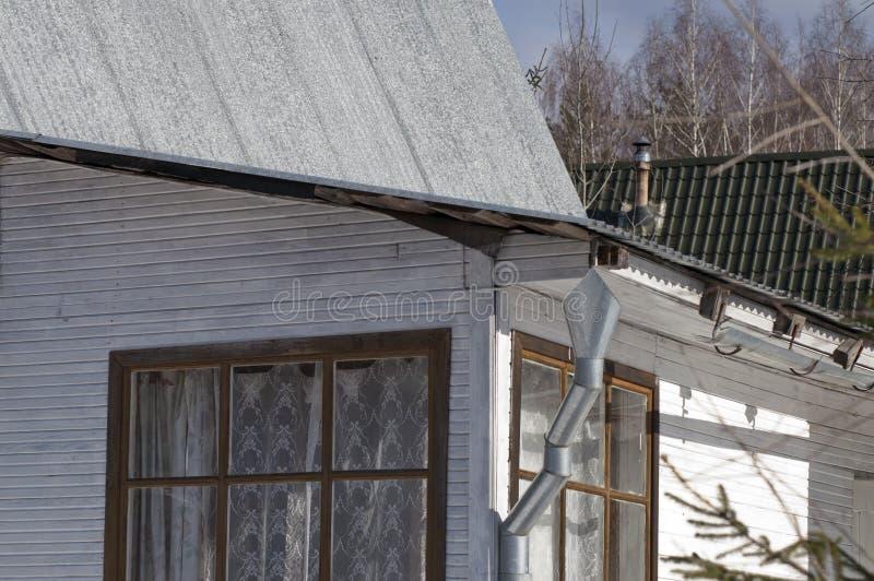 Casa de madeira com downspout e chaminé imagem de stock royalty free