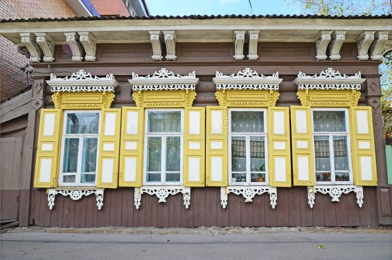 A casa de madeira com janela shutters na rua de Irkutsk imagens de stock