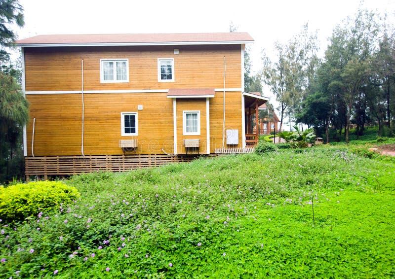 Casa de madeira com jardim imagem de stock royalty free