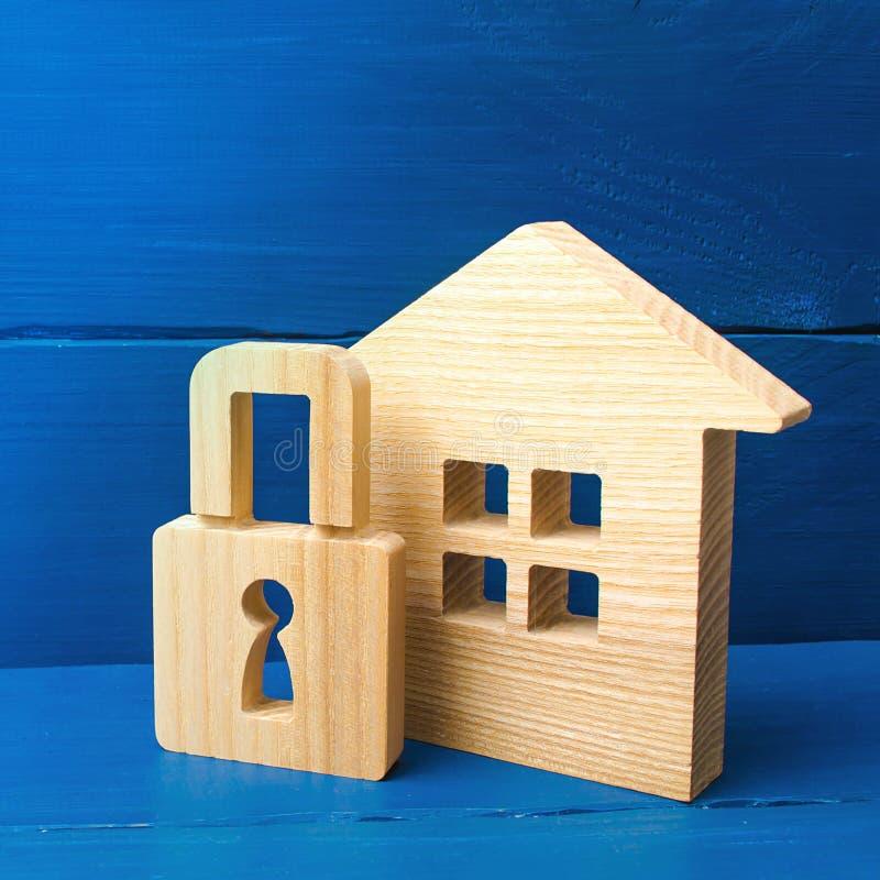 Casa de madeira com um cadeado Comprando uma HOME Casa com um fechamento Seguran?a e seguran?a, garantia, empr?stimo para uma hip fotografia de stock royalty free