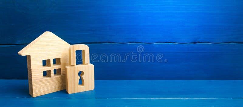 Casa de madeira com um cadeado Casa com um fechamento Seguran?a e seguran?a, garantia, empr?stimo para uma hipoteca CONFISCA??O D fotos de stock