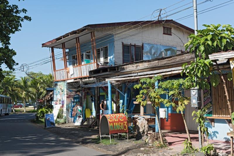 Casa de madeira das caraíbas em Puerto Viejo, Costa Rica fotos de stock royalty free