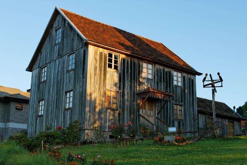 Casa de madeira de país velho fotos de stock