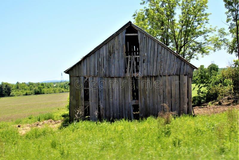 Casa de madeira dilapidada velha abandonada do norte do estado em Franklin County rural, New York, Estados Unidos foto de stock royalty free