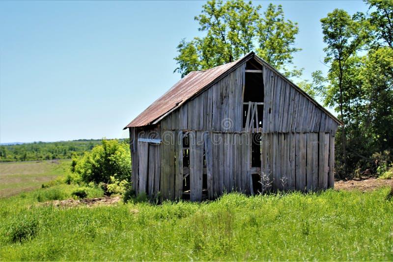 Casa de madeira dilapidada velha abandonada do norte do estado em Franklin County rural, New York, Estados Unidos fotos de stock