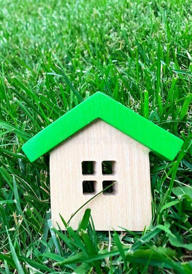 Casa de madeira diminuta na grama Conceito 6 dos bens imobili?rios casa eficiente Eco-amigável e da energia Comprando uma casa fo fotografia de stock royalty free