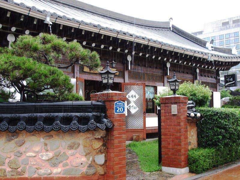 Casa de madeira do estilo antigo em um dia chuvoso imagens de stock royalty free