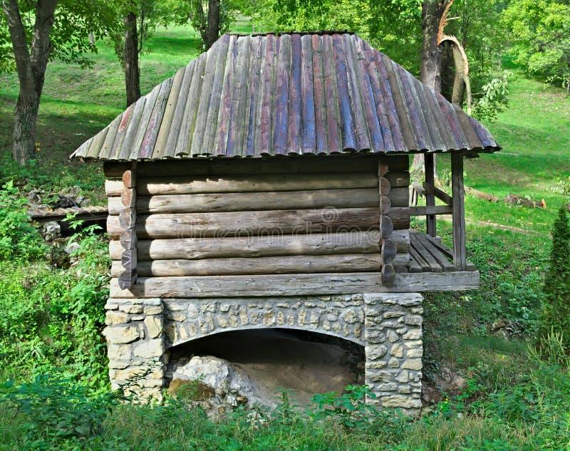 Casa de madeira do estilo antigo no parque do etno de atrás imagens de stock
