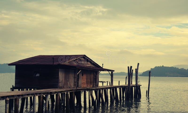 A casa de madeira do pescador pela praia imagens de stock