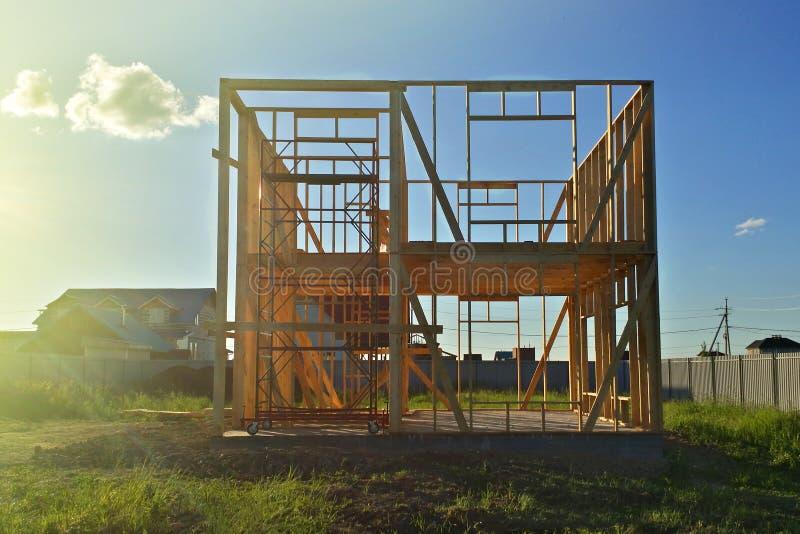 Casa de madeira do quadro inacabado na jarda na vila fotos de stock royalty free