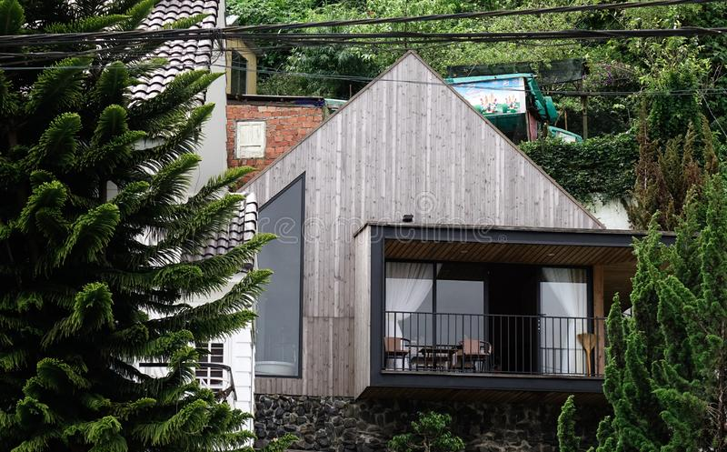 Casa de madeira moderna bonita em Dalat, Vietname foto de stock royalty free