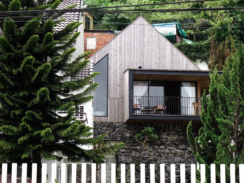 Casa de madeira moderna bonita em Dalat, Vietname imagem de stock