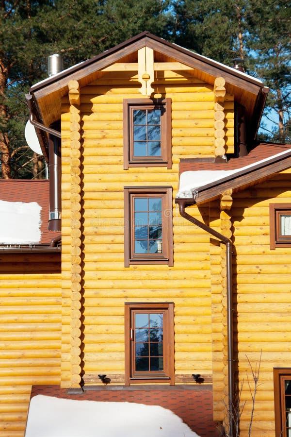 Download Casa De Madeira Na Floresta Do Pinho Foto de Stock - Imagem de cabine, paisagem: 16874698