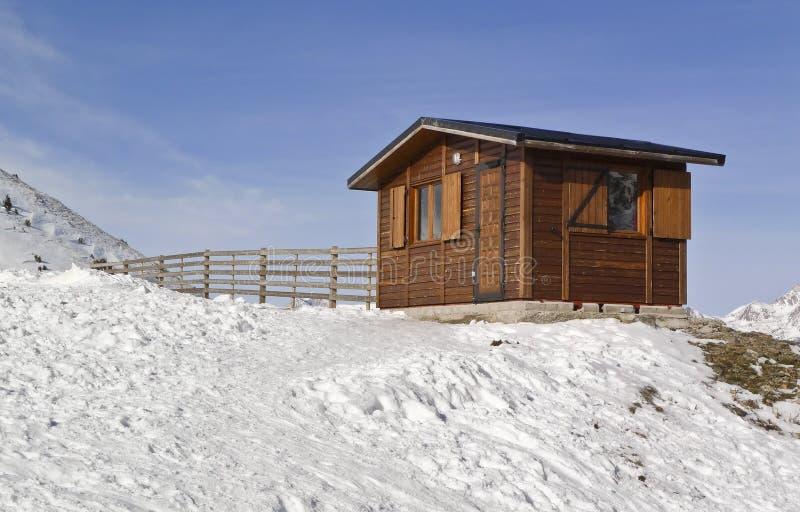 Casa de madeira na neve imagem de stock