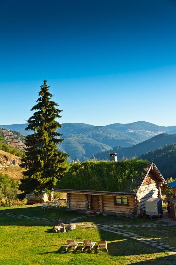 Casa de madeira nas montanhas fotografia de stock
