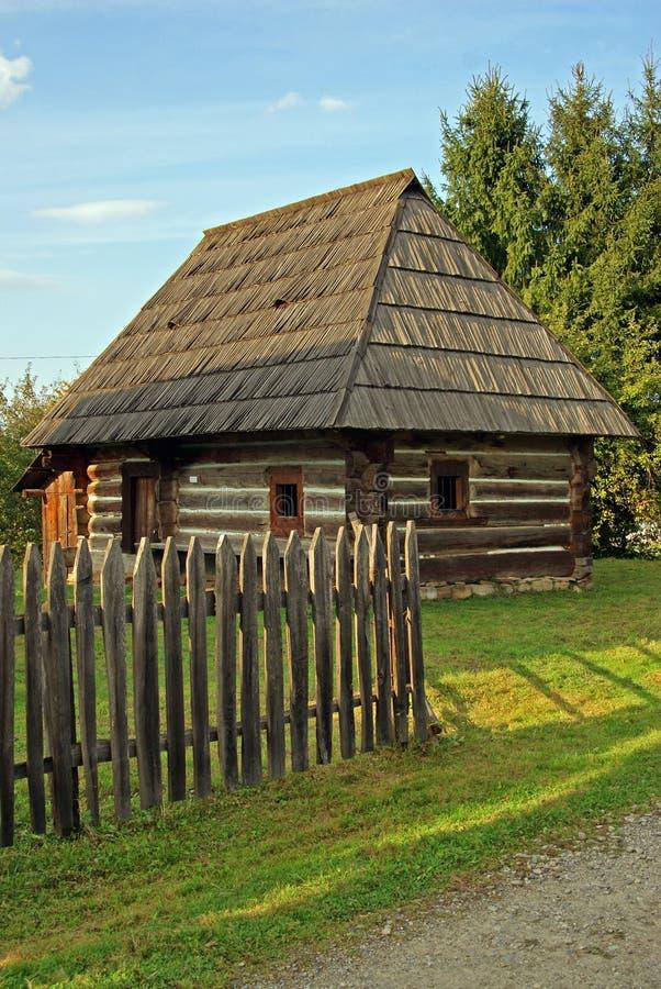 Casa de madeira no jardim bonito imagem de stock