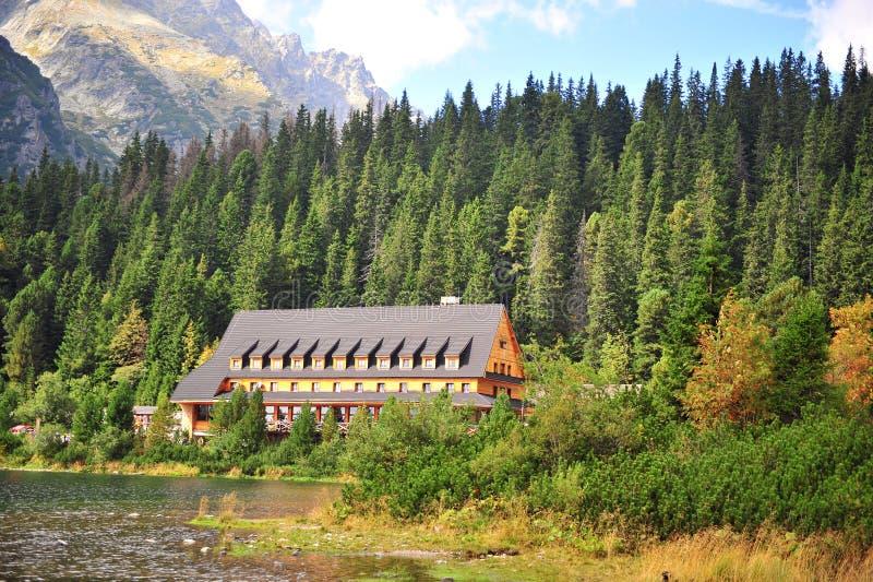 Casa de madeira no lago Popradske na floresta imagem de stock royalty free