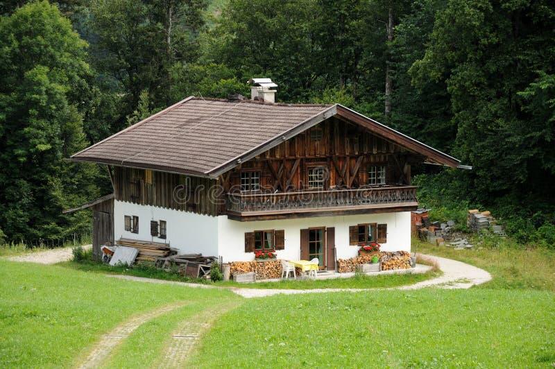 Casa de madeira nos alpes imagens de stock