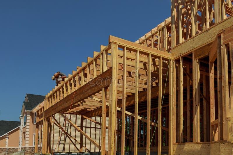 Casa de madeira nova dos materiais naturais sob a construção Detalhe do close-up de quadro do telhado do sótão contra o céu claro fotografia de stock royalty free