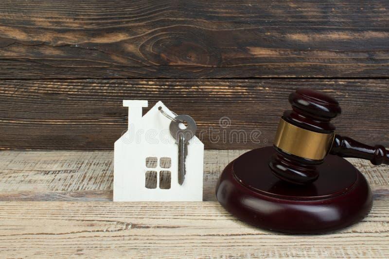 Casa de madeira, o martelo do juiz no fundo de madeira compra, venda de bens imobili?rios carca?a fotografia de stock royalty free