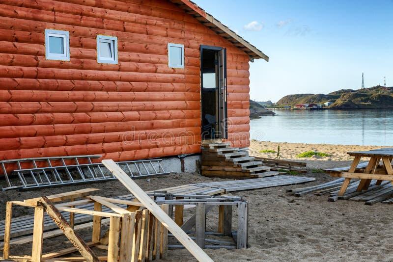 Casa de madeira pelo mar Close-up Paisagem do norte bonita fotos de stock