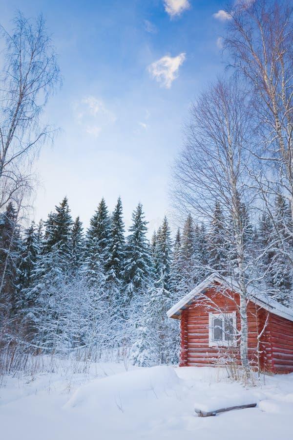 Casa de madeira pequena na floresta do inverno fotografia de stock
