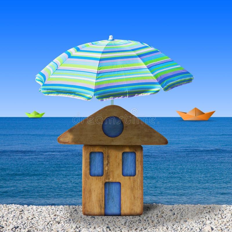 Casa de madeira pequena no beira-mar com praia do guarda-chuva - imag do conceito imagem de stock royalty free