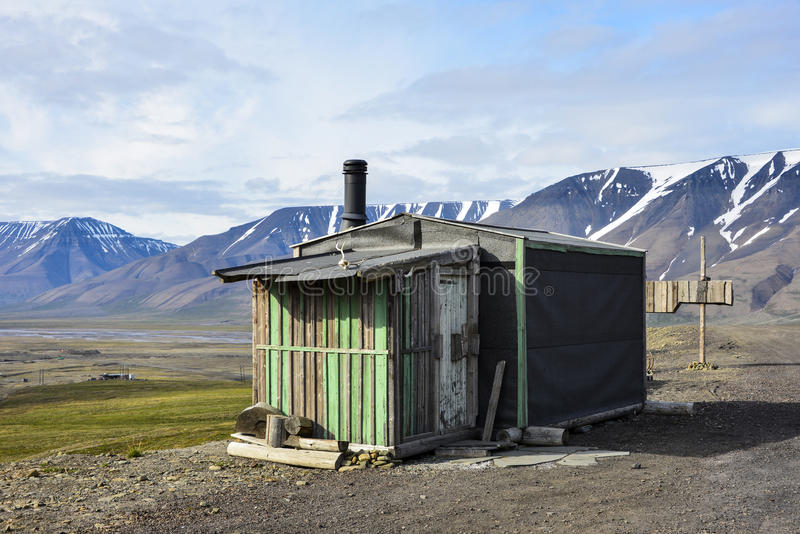 Casa de madeira perto de Longyearbyen, Spitsbergen, Svalbard fotografia de stock