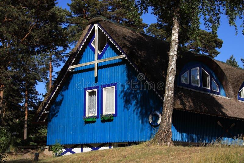 Casa de madeira típica de Lithuania Klaipeda fotos de stock royalty free