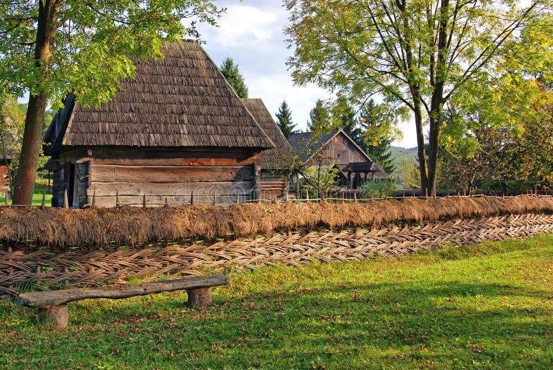 Casa de madeira tradicional da Transilvânia fotografia de stock