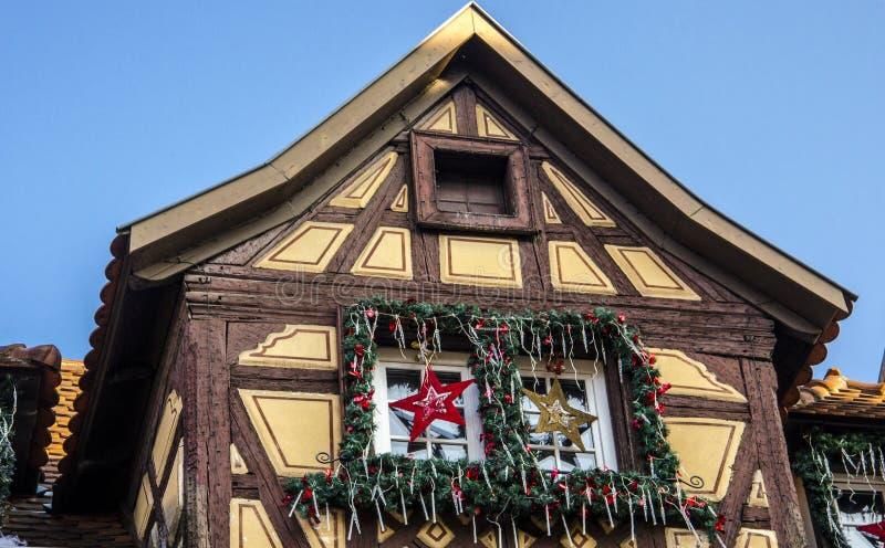 Casa de madeira tradicional em Alsácia com decorações do Natal fotos de stock