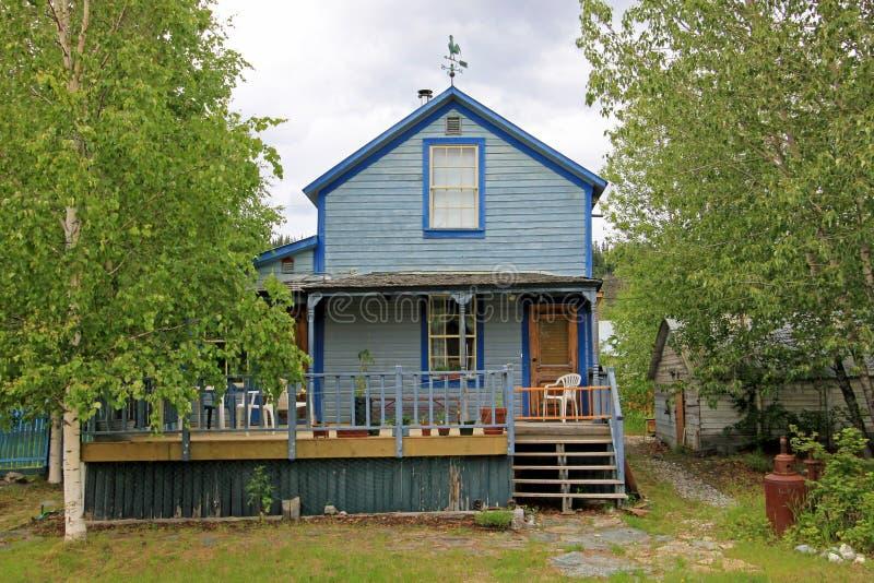 Casa de madeira tradicional típica em Dawson City, Canadá imagens de stock